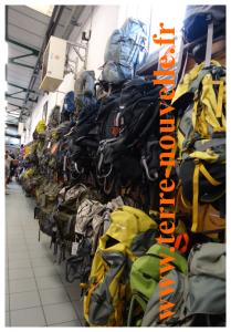 Magasin d'usine Lafuma à Anneyron : un immense rayonnage de sacs à dos