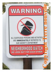 """Californie : les panneaux """"Neighborhood Watch"""" pour signifier que tous les voisins surveillent pour le bien de toute la communauté"""