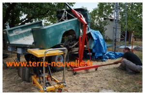 BJ série 40 en cours de rénovation : pour retirer la caisse, utilisation d'une grue d'atelier et d'une table élévatrice