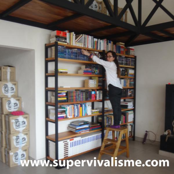 On vous a filmé toutes les étapes de la fabrication de notre bibliothèque métal - bois : on l'adore ! ;-)