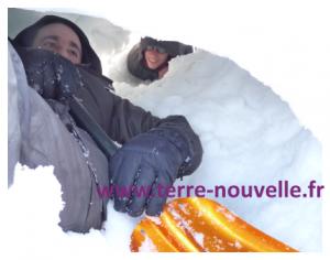 Comment fabriquer un igloo pour 4 en famille : survie neige