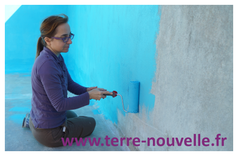 Rénovation de notre piscine : application de la peinture pour piscine au rouleau