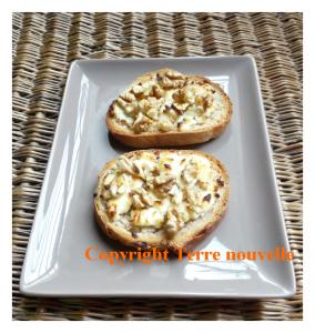 Tartine fromage de chèvre, miel et noix