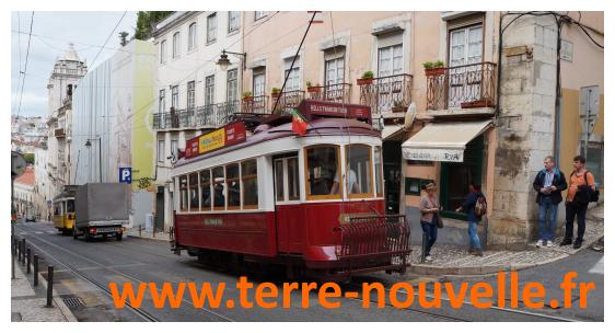 Voyage au Portugal en famille : un tramway rouge, superbe, certains sont en bois peint !
